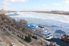 Красивый ландшафт зимы на реке с пристанью и большими кораблями стоковые изображения