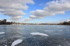 Красивый ландшафт зимы на реке стоковое фото