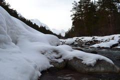 Красивый ландшафт зимы с горами и силуэтами деревьев Стоковые Изображения