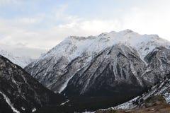Красивый ландшафт зимы с горами и силуэтами деревьев Стоковые Фотографии RF
