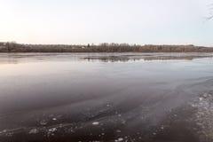 Красивый ландшафт зимы с замороженным озером Стоковое Изображение RF