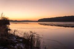 Красивый ландшафт зимы с замороженным озером Стоковые Фотографии RF