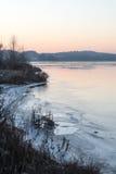 Красивый ландшафт зимы с замороженным озером Стоковая Фотография