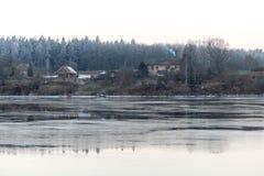 Красивый ландшафт зимы с замороженным озером Стоковое Фото