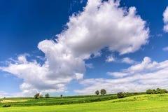 Красивый ландшафт и облачное небо весны Стоковое Фото
