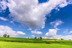 Красивый ландшафт и облачное небо весны Стоковые Изображения RF