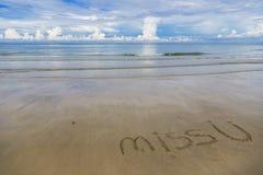 Красивый ландшафт моря и белизны голубого неба развевает на пляже с ` госпожи U ` слов на ` пляжа с белым песком ` острова Chang  стоковая фотография