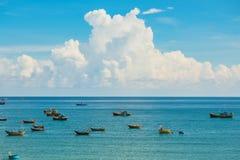 Красивый ландшафт моря с круглой шлюпкой и бирюза мочат стоковые фото