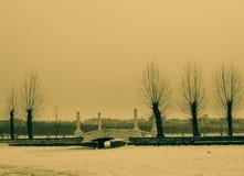 красивый ландшафт моста на заднем плане домов города Стоковое Фото
