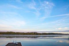 Красивый ландшафт озера в утре в августе Стоковые Изображения RF