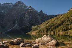 Красивый ландшафт озера горы высокие tatras Польша Стоковые Фотографии RF