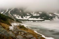 Красивый ландшафт озера туманной горы Стоковая Фотография