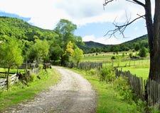 Красивый ландшафт, дорога и вегетация сельской местности Стоковые Изображения