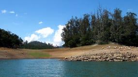 Красивый ландшафт осмотренный от озера Стоковое Фото