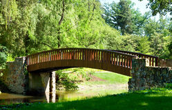 Красивый ландшафт парка с рекой и мостом Стоковая Фотография RF