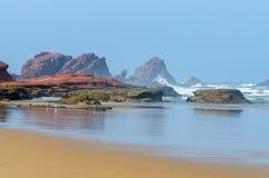 Красивый ландшафт пляжа с большими утесами Стоковые Изображения