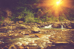 Красивый ландшафт речных порогов на реке гор в восходе солнца Стоковые Изображения