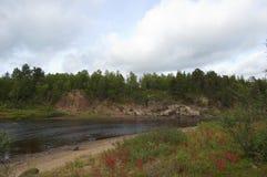 Красивый ландшафт северного реки в конце лета Стоковые Изображения RF