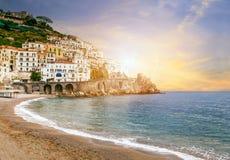 Красивый ландшафт Средиземного моря побережья Амальфи на юг ital Стоковые Фото