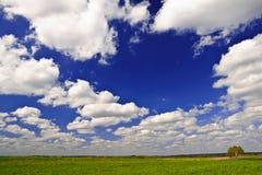 Красивый ландшафт страны с белыми облаками на небе Стоковое Изображение