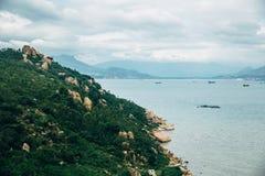 Красивый ландшафт с взглядом океана, совершенного пляжа, больших камней, деревьев, лазурной воды изображение энергии принципиальн Стоковое Изображение RF