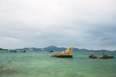 Красивый ландшафт с взглядом океана, совершенного пляжа, больших камней, деревьев, лазурной воды изображение энергии принципиальн Стоковые Изображения