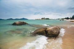 Красивый ландшафт с взглядом океана, совершенного пляжа, больших камней, деревьев, лазурной воды изображение энергии принципиальн Стоковое Изображение