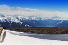 Красивый ландшафт с горами Snowy голубое небо горизонтально Стоковая Фотография