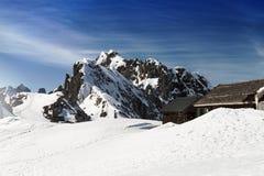 Красивый ландшафт с горами Snowy голубое небо горизонтально Стоковое фото RF