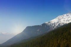 Красивый ландшафт с горами Snowy голубое небо горизонтально Стоковые Изображения RF