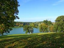 Красивый ландшафт с живописными озером и деревьями стоковые изображения rf
