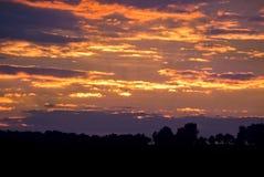 Красивый ландшафт с облачным небом и силуэтом Стоковая Фотография RF