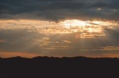 Красивый ландшафт с облачным небом и силуэтом Стоковые Изображения RF