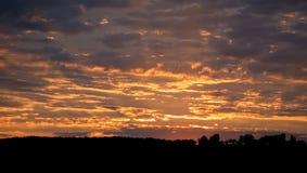 Красивый ландшафт с облачным небом и силуэтом Стоковые Изображения