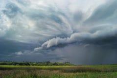 Красивый ландшафт с облачным небом и холмами Стоковая Фотография