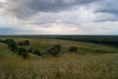 Красивый ландшафт с облачным небом и холмами Стоковое фото RF