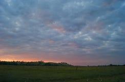 Красивый ландшафт с облачным небом и холмами Стоковые Изображения RF