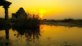 Красивый ландшафт с отражением и заходом солнца Стоковое Фото