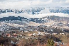 Красивый ландшафт с драматическим голубым небом прикарпатский взгляд сверху гор Стоковые Изображения RF