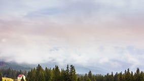 Красивый ландшафт с холмами и mountais видеоматериал