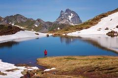 Красивый ландшафт с ` Ossau Midi d отражая в озере, Стоковое Изображение RF