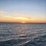 красивый ландшафт штиля на море на заходе солнца стоковое изображение rf