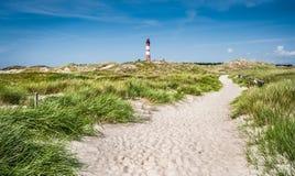 Красивый ландшафт дюны с традиционным маяком на Северном море Стоковая Фотография RF