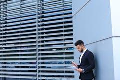 Красивый арабский человек говорит на мобильном телефоне в деловом центре Стоковое фото RF