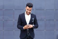 Красивый арабский человек принимает selfie умный телефон в деловом центре Стоковое Фото