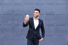 Красивый арабский человек принимает selfie умный телефон в деловом центре Стоковые Изображения