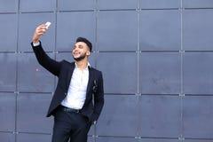 Красивый арабский человек принимает selfie умный телефон в деловом центре Стоковая Фотография