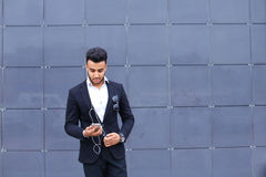 Красивый арабский человек принимает selfie умный телефон в деловом центре Стоковая Фотография RF