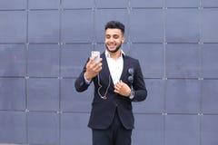 Красивый арабский человек принимает selfie умный телефон в деловом центре Стоковые Фото