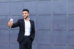 Красивый арабский человек принимает selfie умный телефон в деловом центре Стоковые Изображения RF